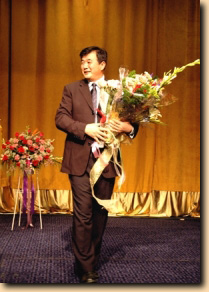 Li Hongzhi receives flowers from the faithful in New York